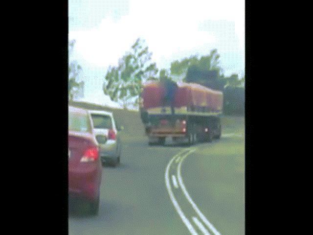 Băng trộm đu bám lên xe tải đang đánh võng chỉ để lấy mấy túi đường