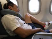 """Dáng ngồi  """" khó đỡ """"  của Duy Mạnh trên máy bay"""