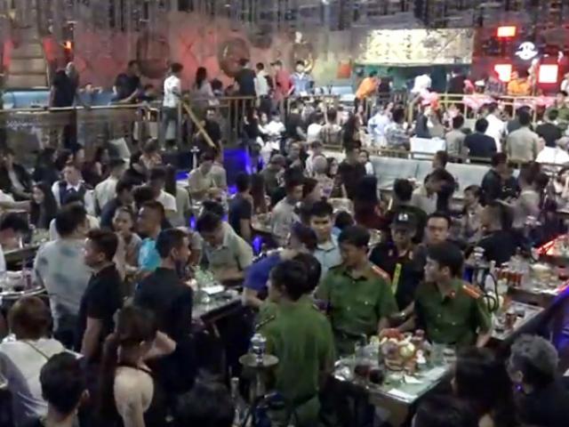 """Đột kích quán bar có hơn 200 khách chơi, phát hiện 52 đối tượng """"dính"""" ma túy - 4"""