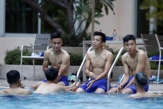 Đội tuyển Việt Nam đến Campuchia: Minh Long - Xuân Trường học làm Ánh Viên - 11