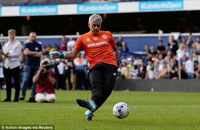 MU: Thầy Mourinho bắt bóng, đá 11m khiến De Gea và Lukaku kiêng nể - 4
