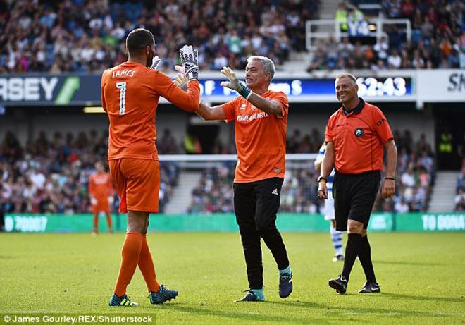 MU: Thầy Mourinho bắt bóng, đá 11m khiến De Gea và Lukaku kiêng nể - 1