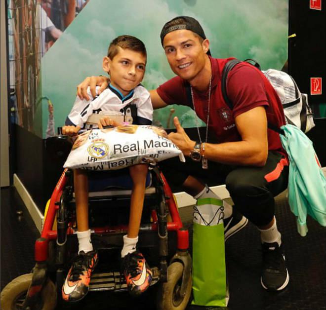 Ronaldo tặng fan nhí quà vô giá, hớn hở chờ phá sâu kỷ lục - 1