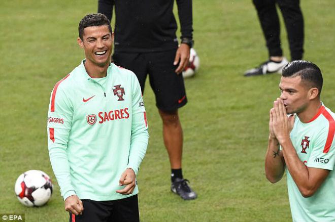Ronaldo tặng fan nhí quà vô giá, hớn hở chờ phá sâu kỷ lục - 2