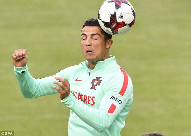 Ronaldo tặng fan nhí quà vô giá, hớn hở chờ phá sâu kỷ lục - 3