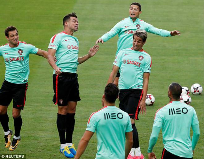 Ronaldo tặng fan nhí quà vô giá, hớn hở chờ phá sâu kỷ lục - 5