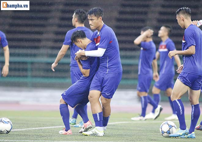 """ĐT Việt Nam: Công Phượng, Hồng Quân tập trong mưa đấu """"Ronaldo Campuchia"""" - 12"""