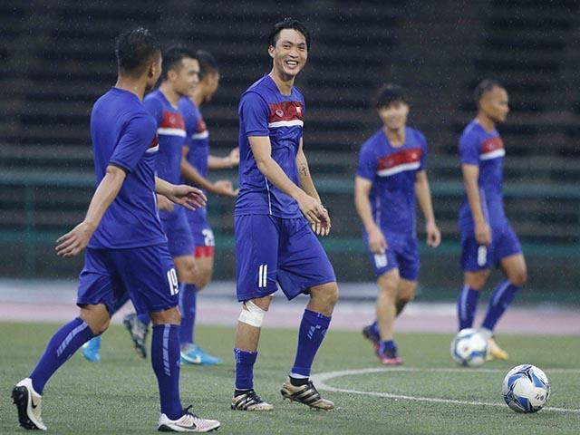 """ĐT Việt Nam: Công Phượng, Hồng Quân """"luyện công"""" dưới mưa chờ đấu """"Ronaldo Campuchia"""""""