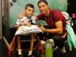 Ronaldo tặng fan nhí quà vô giá, hớn hở chờ phá sâu kỷ lục
