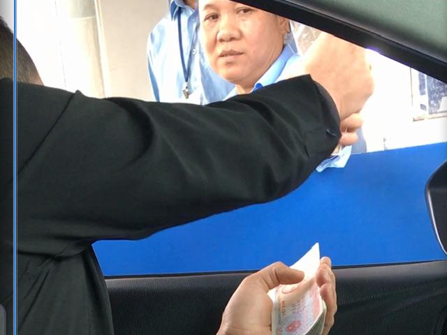 Tài xế mang tiền lẻ trả phí khi qua trạm thu phí quốc lộ 5