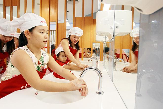 """Khó tin lớp học nấu nướng miễn phí trong căn bếp """"sang chảnh"""" nhất Hà Nội - 4"""