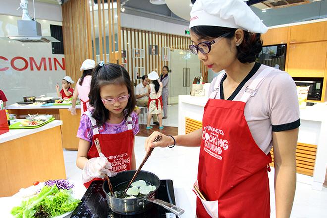 """Khó tin lớp học nấu nướng miễn phí trong căn bếp """"sang chảnh"""" nhất Hà Nội - 7"""