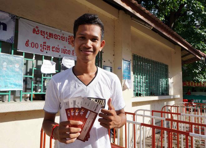 ĐT Việt Nam đấu Campuchia: Fan nữ xinh nhuộm đỏ sân Olympic - 2