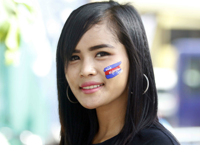 ĐT Việt Nam đấu Campuchia: Fan nữ xinh nhuộm đỏ sân Olympic - 4