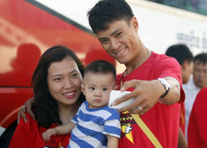 ĐT Việt Nam đấu Campuchia: Fan nữ xinh nhuộm đỏ sân Olympic - 5