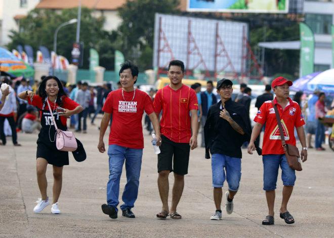 ĐT Việt Nam đấu Campuchia: Fan nữ xinh nhuộm đỏ sân Olympic - 6