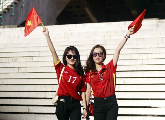 ĐT Việt Nam đấu Campuchia: Fan nữ xinh nhuộm đỏ sân Olympic - 8
