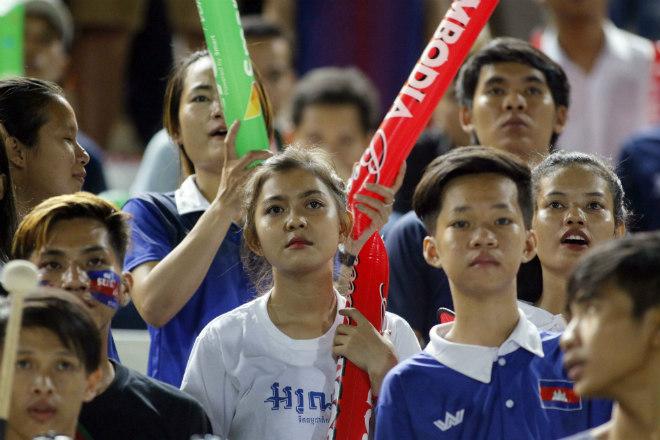 Thắng đầy cảm xúc Campuchia, ĐT Việt Nam hát quốc ca cùng CĐV - 4