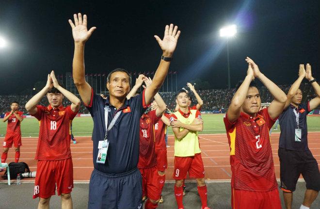 Thắng đầy cảm xúc Campuchia, ĐT Việt Nam hát quốc ca cùng CĐV - 5