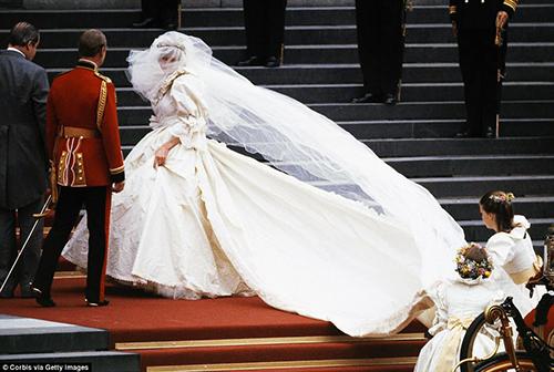 Bí mật ít người hay về váy cưới thế kỷ của Công nương Diana - 2