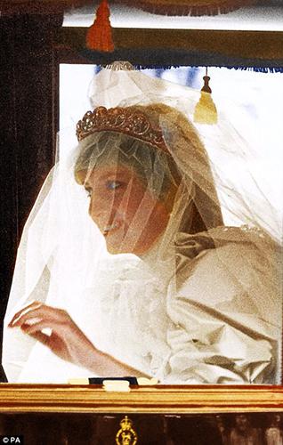 Bí mật ít người hay về váy cưới thế kỷ của Công nương Diana - 5