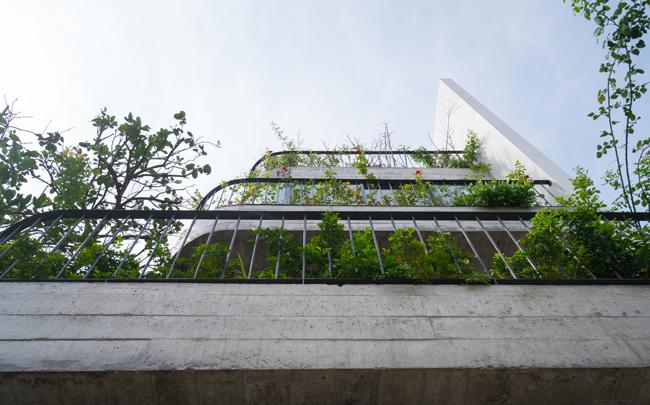 Tạp chí kiến trúc hàng đầu của Mỹ, ArchDaily đã ưu ái miêu tả căn biệt thự là một trong những kiến trúc hòa trộn đông-tây đặc sắc nhất.