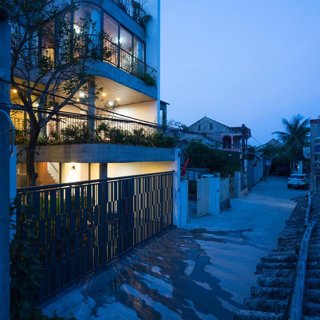 Căn nhà xây dựng trên một mảnh đất có diện tích 120m2, cấu trúc không gian theo lối phân sàn phổ biến của các ngôi nhà ở Việt Nam.