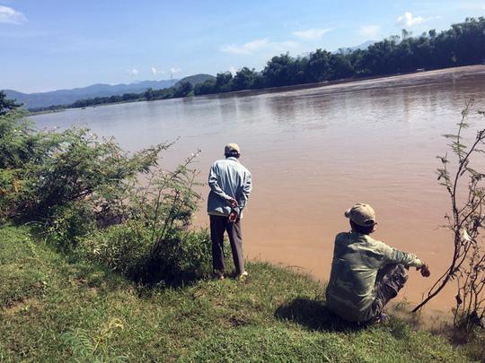 Vượt sông bằng xe bò, 3 người bị nước cuốn mất tích - 1