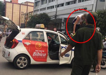 """Bị CSGT dừng xe, tài xế taxi trèo lên nóc xe… """"ăn vạ"""" - 1"""