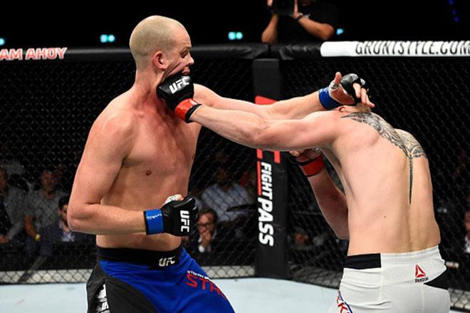 """UFC: Võ sỹ 2m13, cao nhất thế giới bị đấm đổ """"như chuối"""" - 1"""
