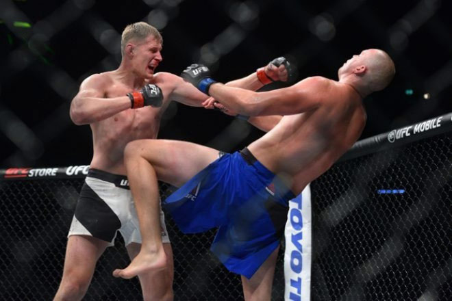 """UFC: Võ sỹ 2m13, cao nhất thế giới bị đấm đổ """"như chuối"""" - 2"""