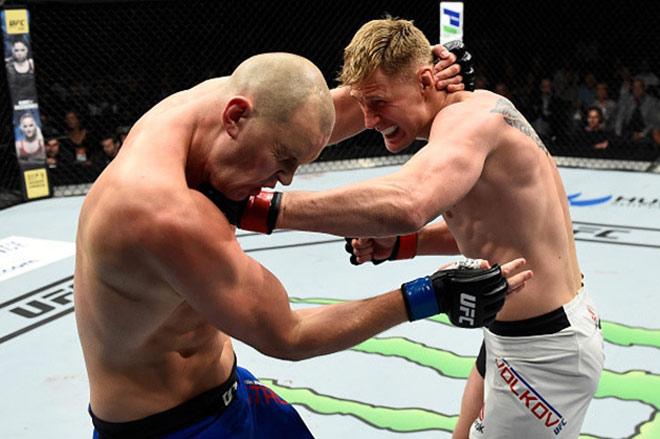 """UFC: Võ sỹ 2m13, cao nhất thế giới bị đấm đổ """"như chuối"""" - 3"""