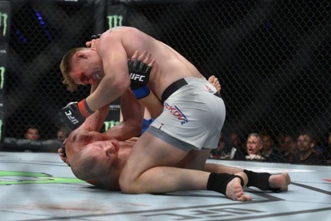 """UFC: Võ sỹ 2m13, cao nhất thế giới bị đấm đổ """"như chuối"""" - 4"""