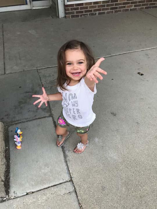 Bệnh hiếm gặp khiến bé gái ngã 100 lần mỗi ngày - 2