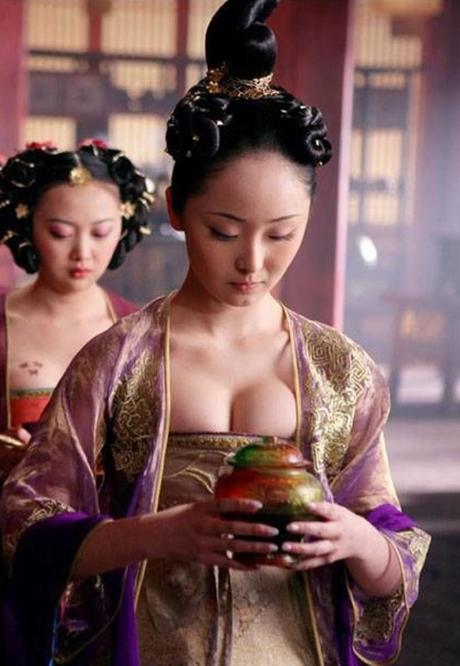 Từ một cô gái vô danh, Lý Mạn bỗng nổi tiếng chỉ sau 1 đêm khi được đạo diễn Trương Nghệ Mưu mời tham gia bom tấn cổ trang  Hoàng Kim Giáp  2006. Thời điểm gia nhập đoàn phim, Lý Mạn vừa tròn 18 tuổi.