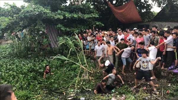 Clip: Dân vây đánh 2 thanh niên nghi trộm chó trốn dưới kênh nước - 1