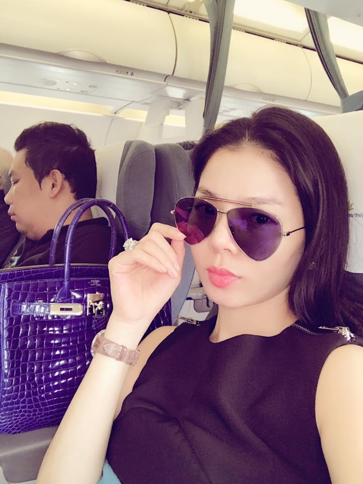 """Bạn gái Hồ Quang Hiếu ngồi trong lòng """"trai lạ"""" - 4"""