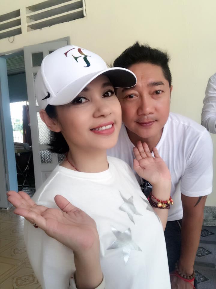 """Bạn gái Hồ Quang Hiếu ngồi trong lòng """"trai lạ"""" - 6"""