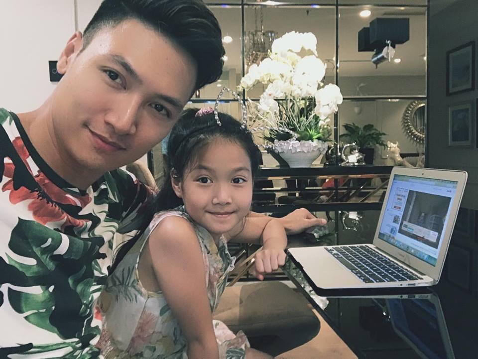 """Bạn gái Hồ Quang Hiếu ngồi trong lòng """"trai lạ"""" - 14"""