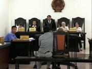 An ninh Xã hội - Nhói lòng cảnh con trai dìu bố gần 80 tuổi hiếp dâm trẻ em tới tòa