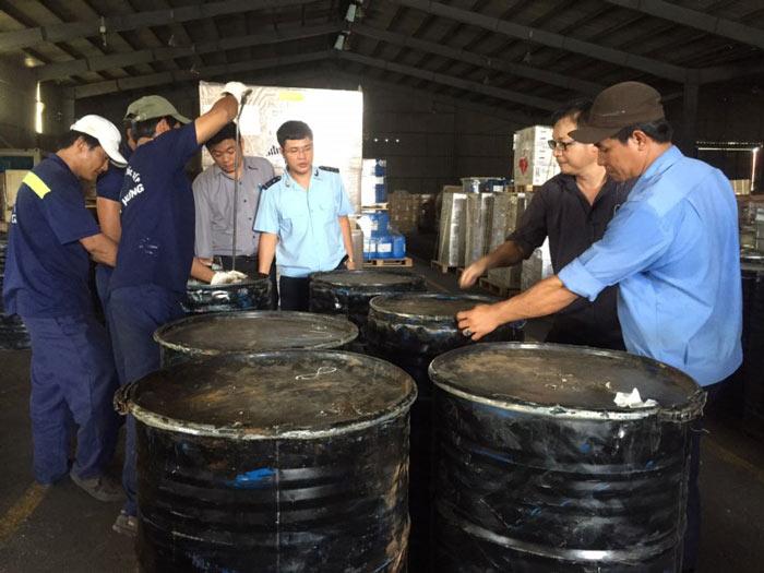Phát hiện hơn 1.000 kg ngà voi núp trong... thùng phuy - 2