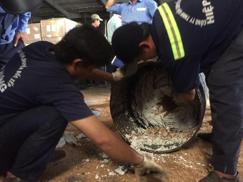 Phát hiện hơn 1.000 kg ngà voi núp trong... thùng phuy - 3