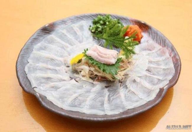 Cá nóc của Nhật Bản: Thịt cá nóc vốn có độc và chịu được nhiệt, nhữn cách nấu với nhiệt độ thông thường khó có thể loại bỏ độc tố hoàn toàn. Độc của cá nóc độc gấp 1250 lần thạch tín. Vì vậy, ăn thịt cá nóc giống như đánh cược. Nếu con cá chưa được xử lý sạch, người ăn có thể sẽ mất mạng.
