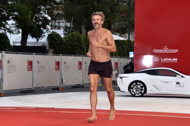 Đạo diễn cởi trần, mặc quần đùi chạy trên thảm đỏ LHP Venice - 1