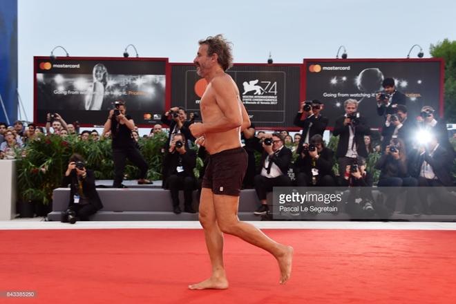 Đạo diễn cởi trần, mặc quần đùi chạy trên thảm đỏ LHP Venice - 2