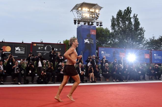 Đạo diễn cởi trần, mặc quần đùi chạy trên thảm đỏ LHP Venice - 3