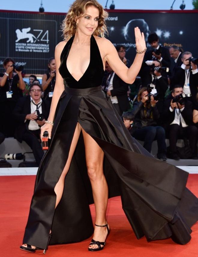 Đạo diễn cởi trần, mặc quần đùi chạy trên thảm đỏ LHP Venice - 4