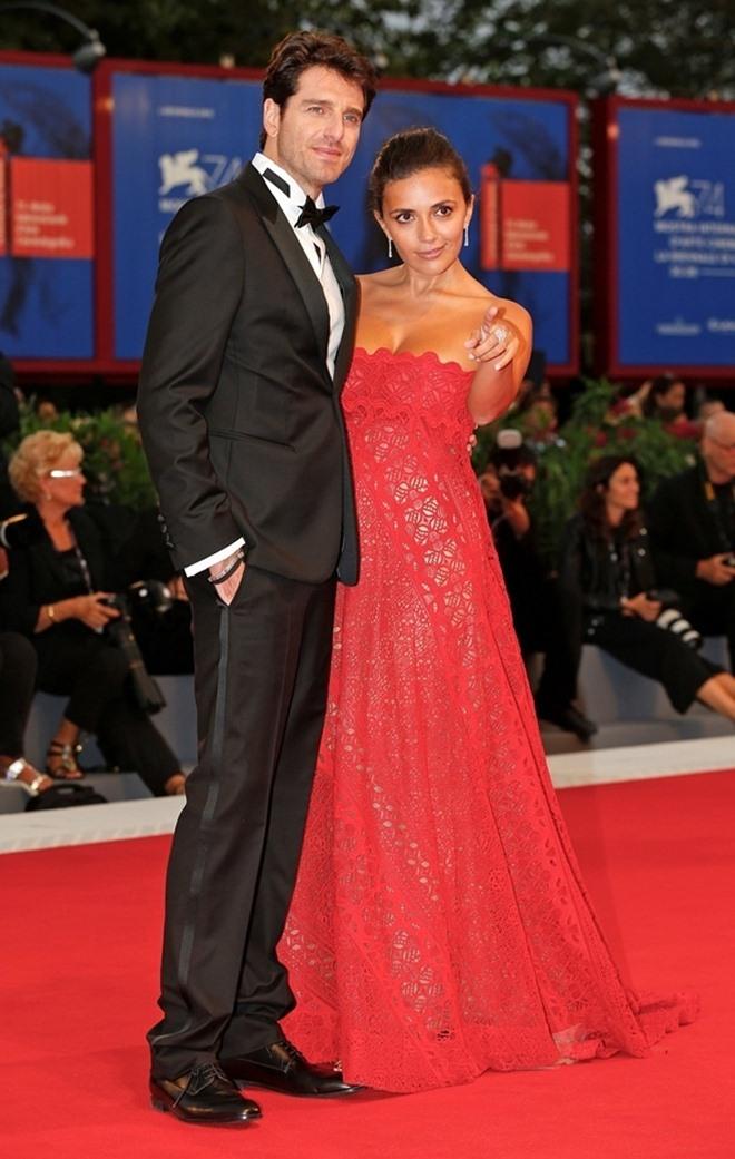 Đạo diễn cởi trần, mặc quần đùi chạy trên thảm đỏ LHP Venice - 7