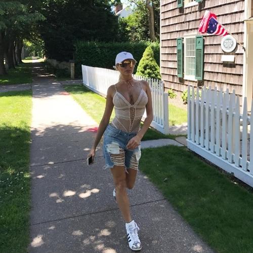 Mẫu Playboy chơi trội khi mặc váy từ tiền đô đi làm từ thiện - 8