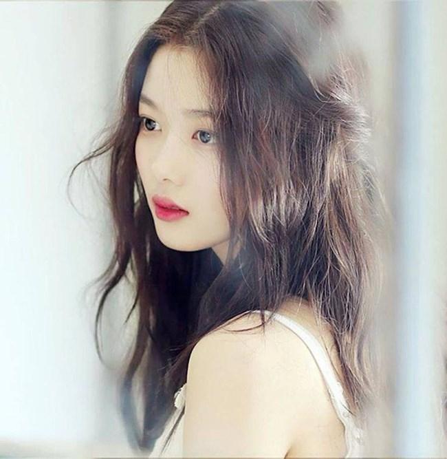 Kim Yoo Jung sở hữu vẻ đẹp sắc sảo nhưng không kém phần trong sáng. Dù chưa tròn 18 tuổi thế nhưng nữ diễn viên rất chú trọng đến việc chăm sóc nhan sắc.